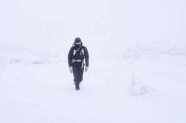 photographer in winter - 5 ترفند برای عکاسی از مناظر زمستانی
